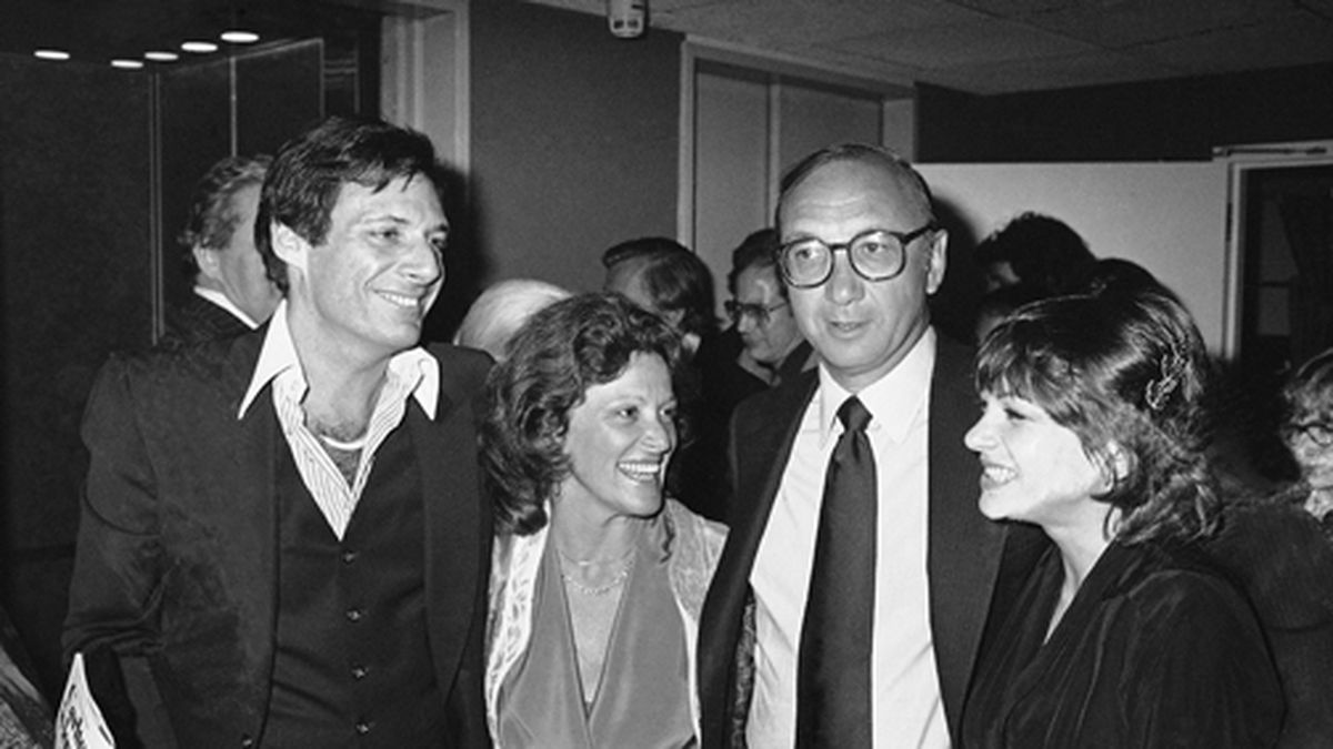"""This April 3, 1980 file photo shows Ron Leibman, from left, his wife Linda Lavin, playwright Neil Simon and Dinah Manoff in New York following the opening of the play """"I Ought to be in Pictures."""" Leibman, who appeared in movies, theater and television in a career that spanned six decades and won a Tony for Tony Kushner's iconic play """"Angels in America,"""" has died after an illness at age 82. Leibman's agent, Robert Attermann, said the actor died Friday, Dec. 6, 2019. (AP Photo/Ray Stubblebine, File)"""
