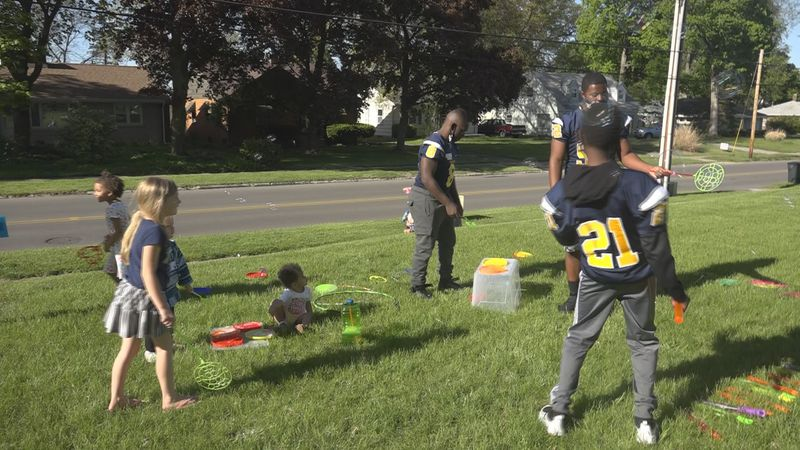 Riley High School football players pour into kids at neighborhood event