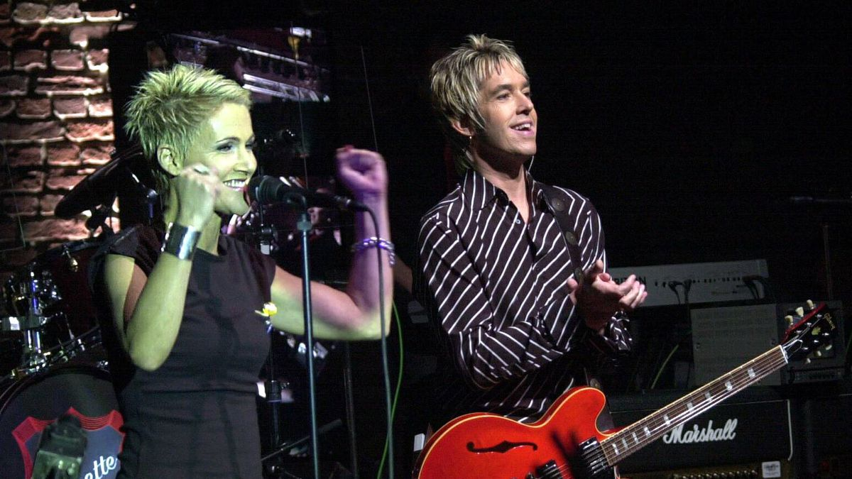 """Marie Fredriksson, left, and Per Gessle, right, vocals of Swedish Pop-Duo """"Roxette"""" present their new album """"Roomservice"""" in Cologne, western Germany, Monday night, March 26, 2001. It is the first live appearance of the duo since 1995. (AP Photo/Hermann J. Knippertz)"""