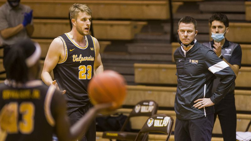 Valparaiso head coach Matt Lottich, front right, looks on as players Sheldon Edwards (13) and...