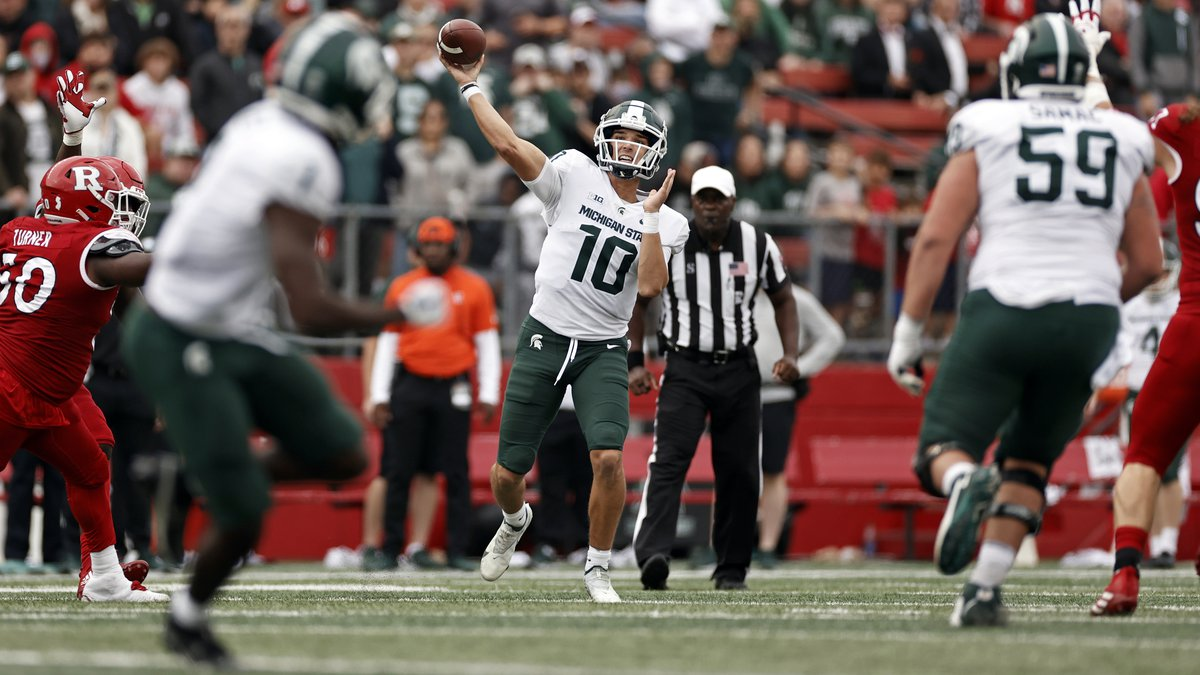 Michigan State quarterback Payton Thorne (10) passes against Rutgers during the second half of...