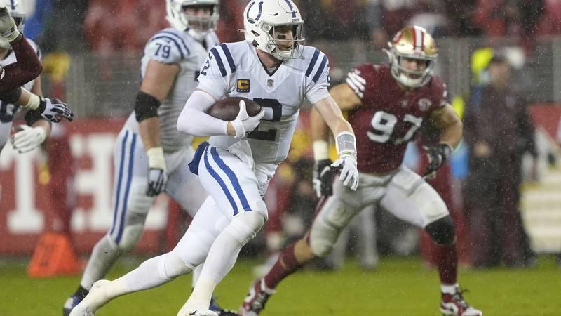 El quarterback Carson Wentz (2), de los Colts de Indianápolis, corre ante la mirada de Nick...