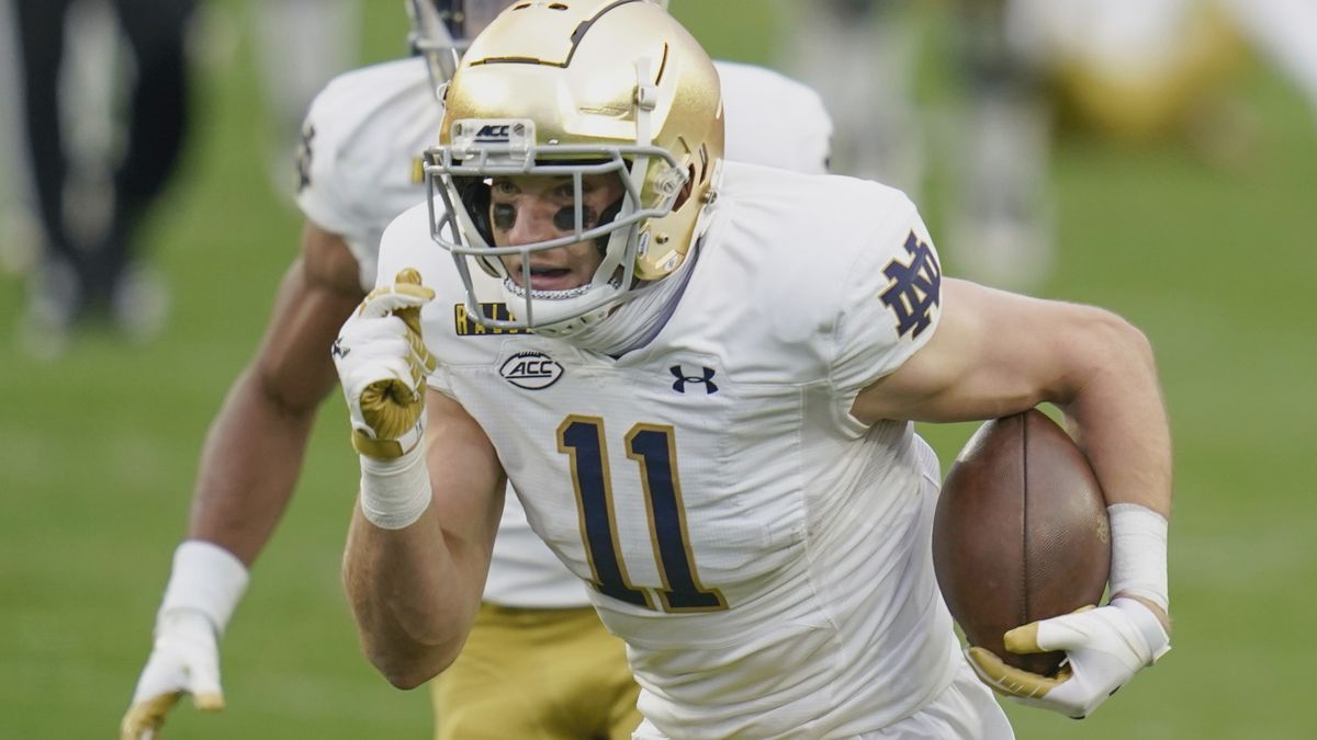 Notre Dame wide receiver Ben Skowronek (11) plays against Pittsburgh during the first half of...