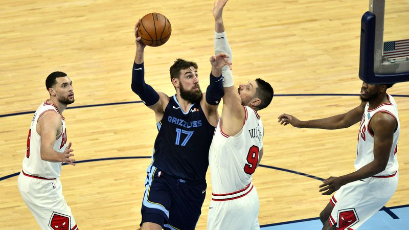 Memphis Grizzlies center Jonas Valanciunas (17) shoots against Chicago Bulls center Nikola...